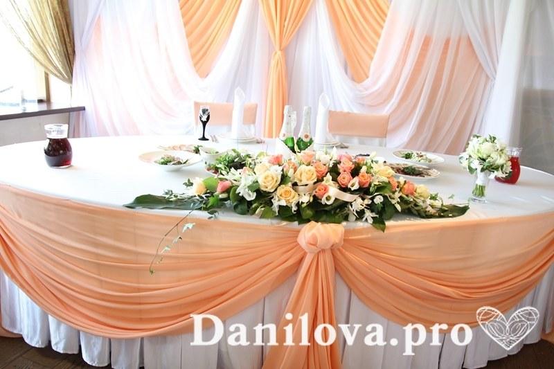 декорирование стола тканью в персиковом цвете