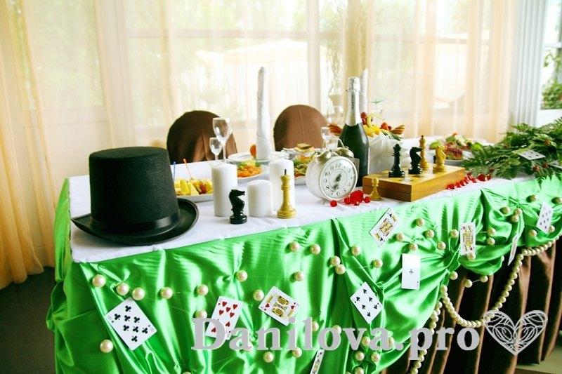 креативное украшение стола молодоженов для свадьбы алиса в стране чудес