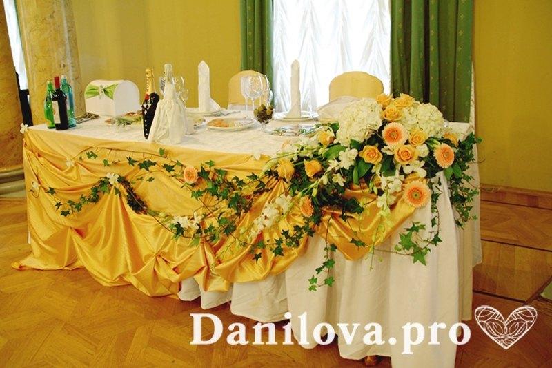креативное украшение столов на свадьбу в золотом цвете