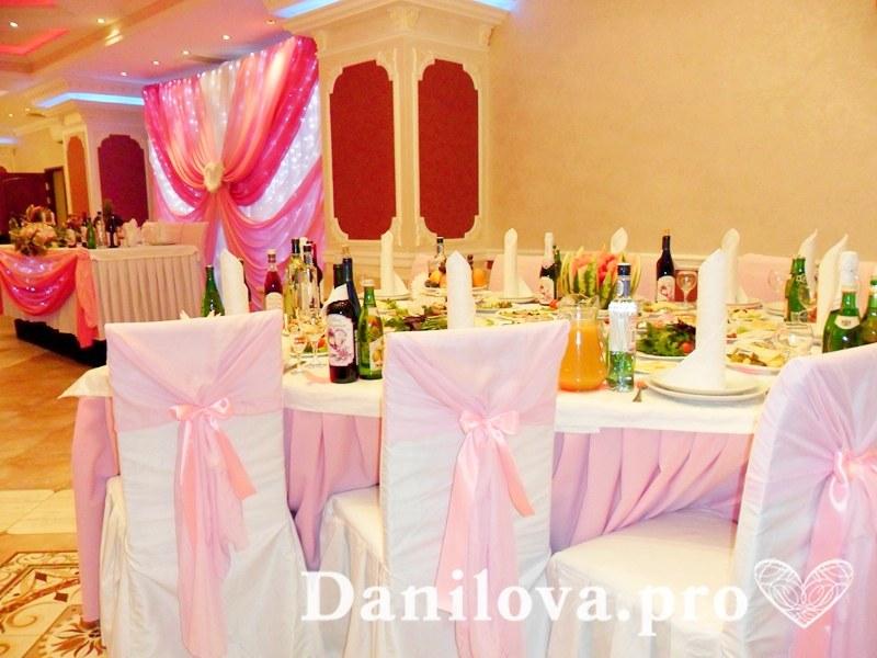 нежное оформление стульев на свадьбу