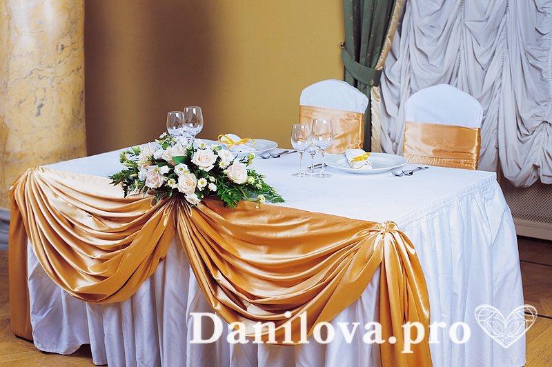 недорогое оформление стола молодоженов тканью