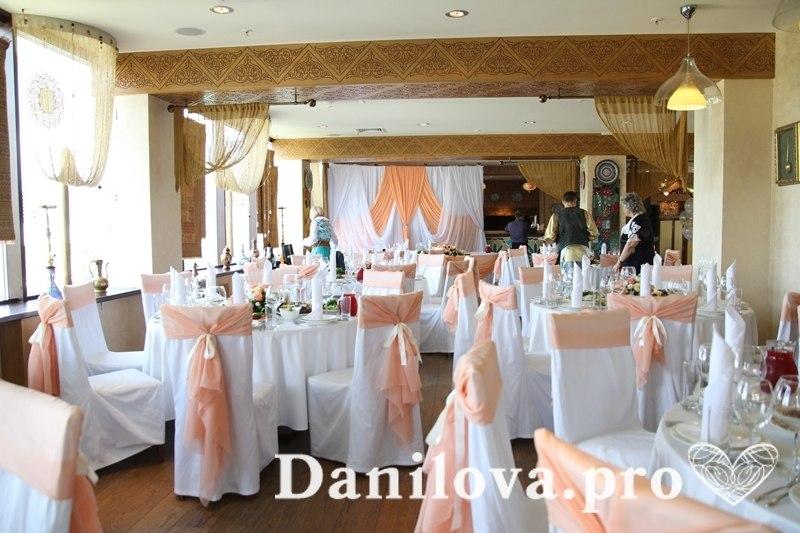 оформление стульев на свадьбу персиковый