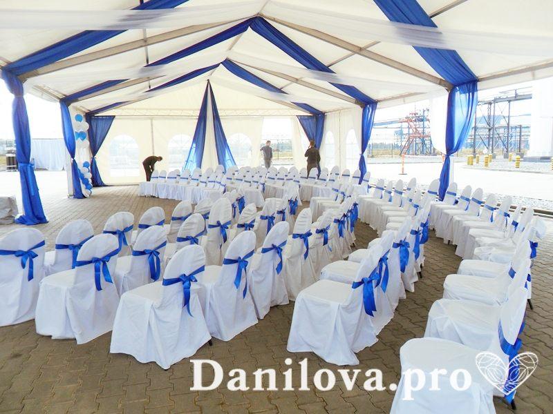 оформление стульев на свадьбу синие атласные ленты