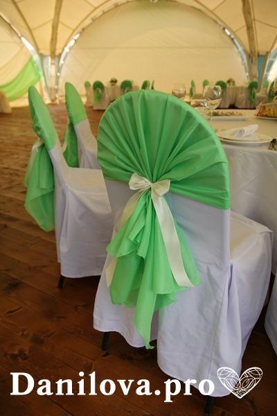 оформление стульев на свадьбу сочно зеленый с атласной лентой