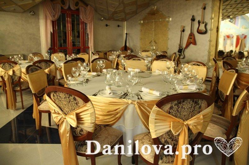 оформление стульев на свадьбу золото