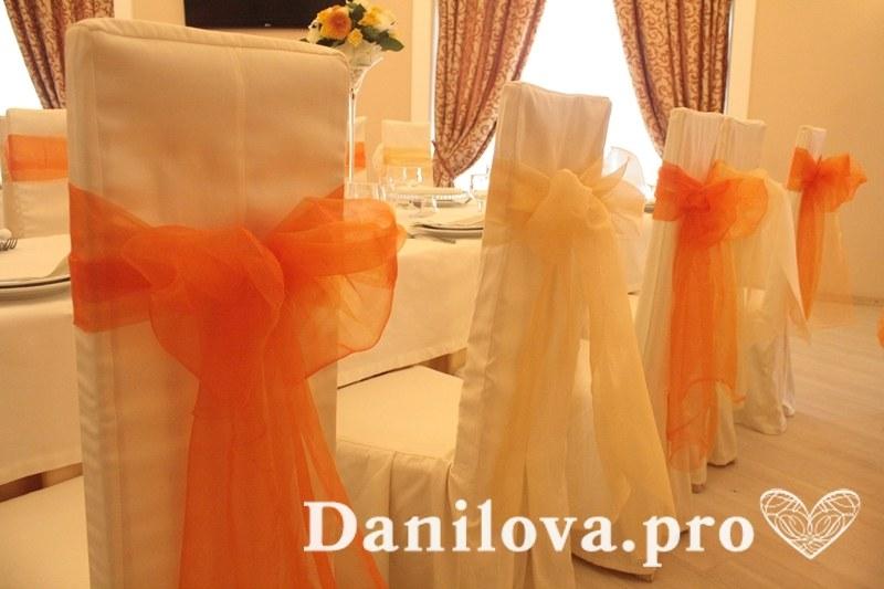 оранжевое оформление стульев на свадьбу