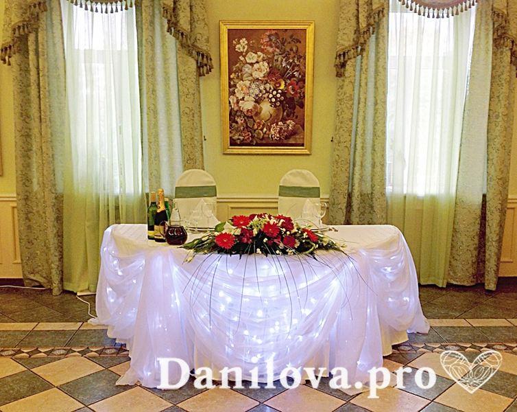 романтичное оформление тканью президиума на свадьбу