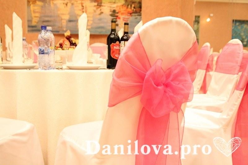 розовое украшение стульев на свадьбу