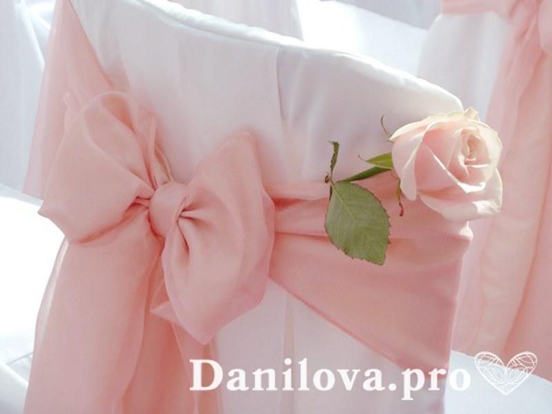 розовые банты на стулья с розочкой