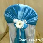 синие банты на стулья с декором