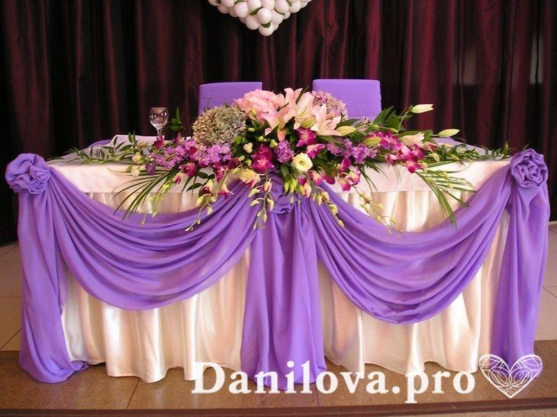 Сиреневое украшение стола молодых на свадьбу