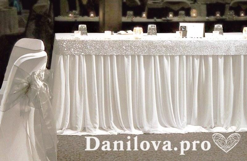 свадебный стол оформленный тканью и паетками