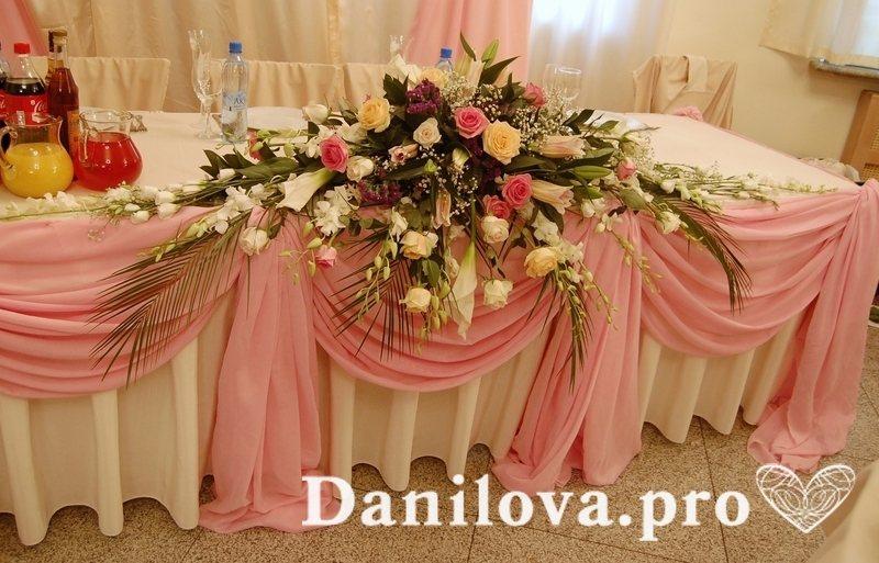 Нежное украшение президиума на свадьбу в розовом цвете