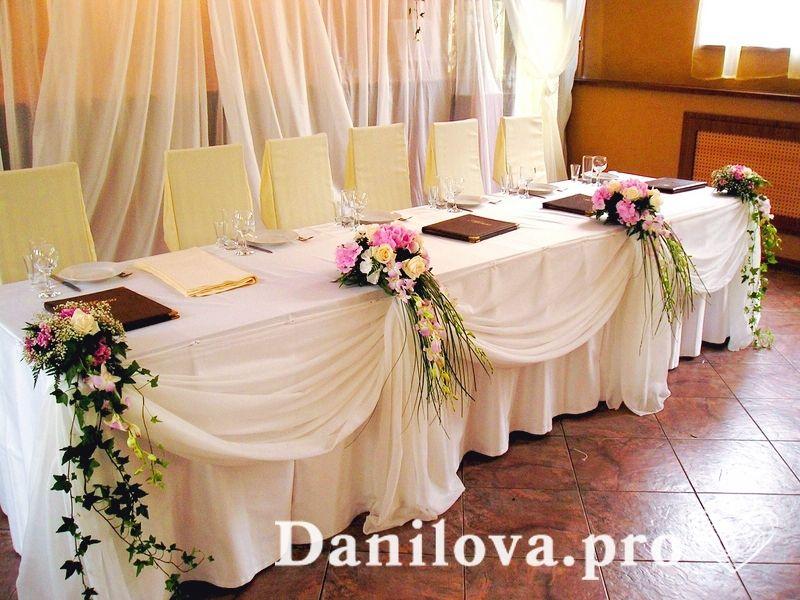 пышное и недорогое украшение стола тканью белого цвета