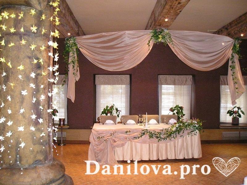 украшение свадебного стола бежевой бежевой тканью