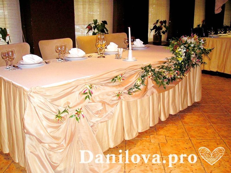 Ассиметричное украшение свадебного стола песочной тканью