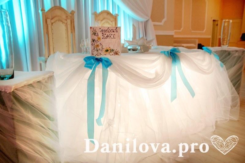 воздушное оформление стола молодоженов тканью