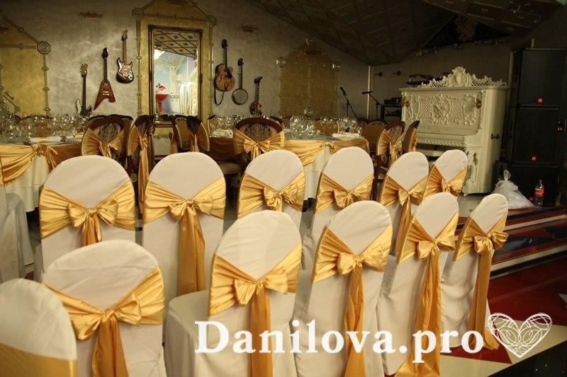 золотое оформление стульев на свадьбу