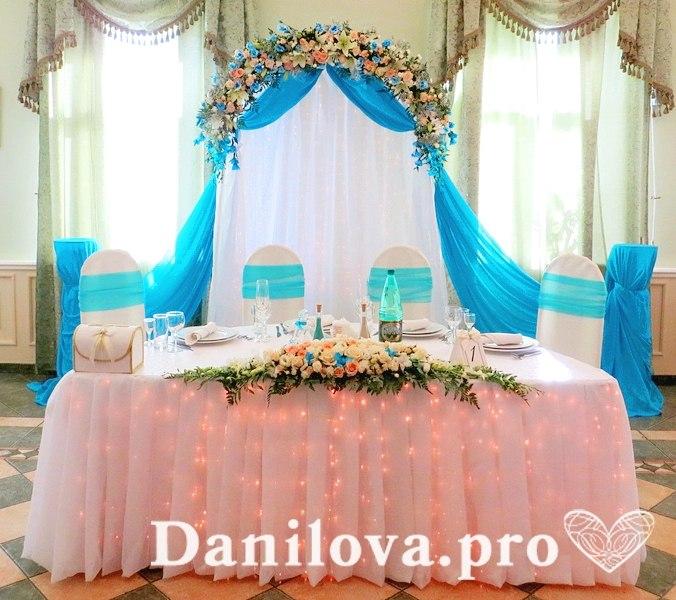 арка с тканью и цветами на свадьбу