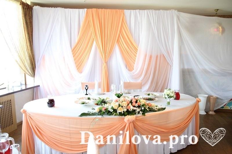 персиковое оформление задника на свадьбу
