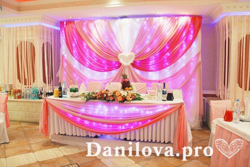 розовое оформление задника на свадьбу